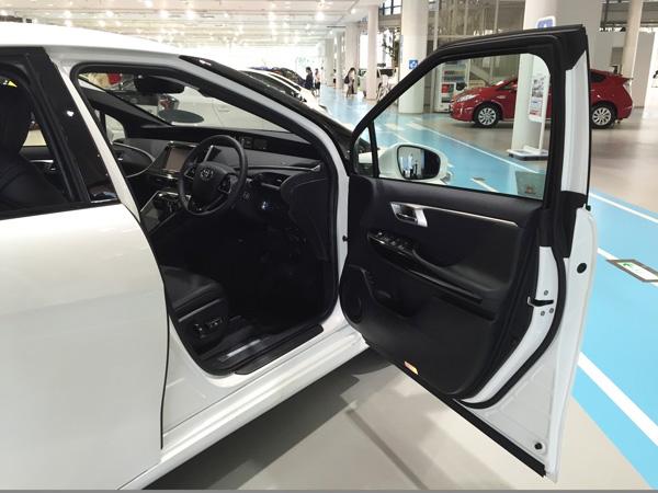 FCV燃料電池自動車トヨタMIRAI(ミライ) ドア