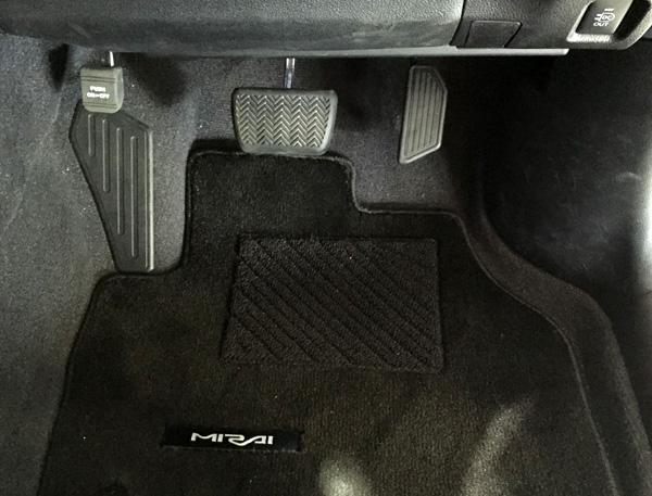 FCV燃料電池自動車トヨタMIRAI(ミライ)ペダル