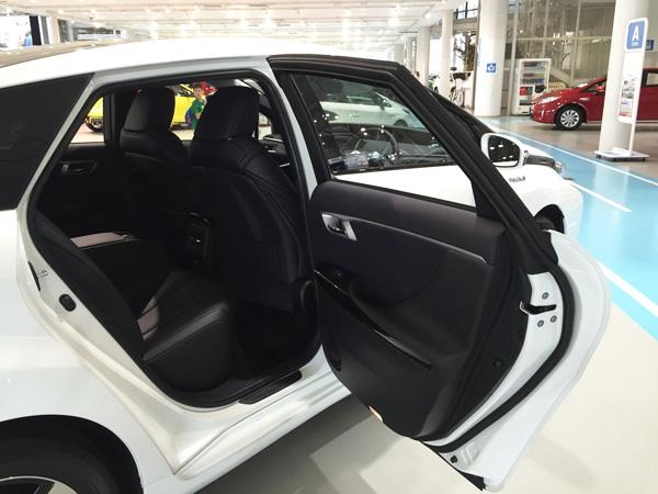 FCV燃料電池自動車トヨタMIRAI(ミライ)後部座席ドア