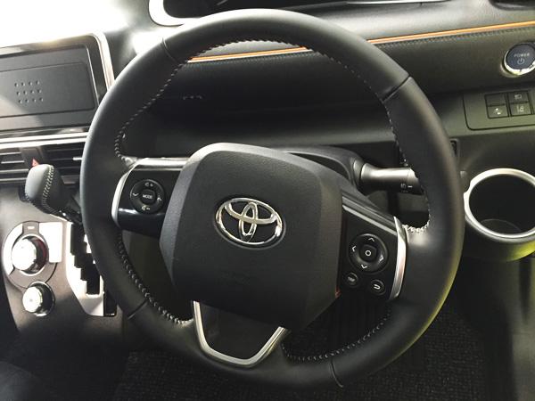 トヨタ新型シエンタ 本革巻きステアリング