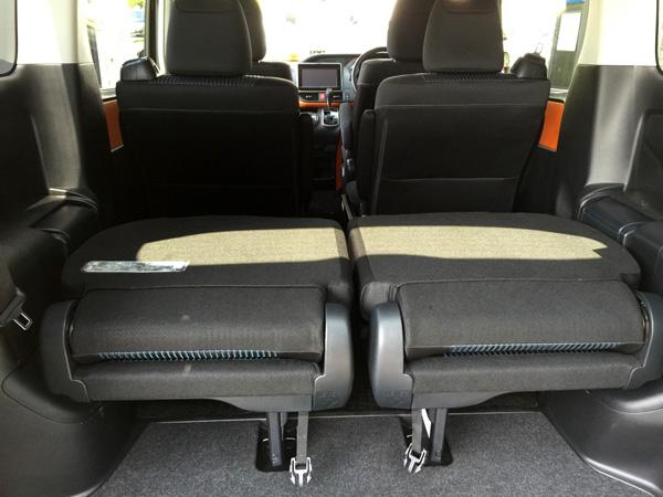 トヨタ新型ヴォクシー サードシート格納