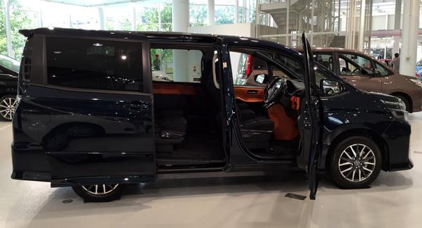 トヨタ新型ヴォクシー スライドドア