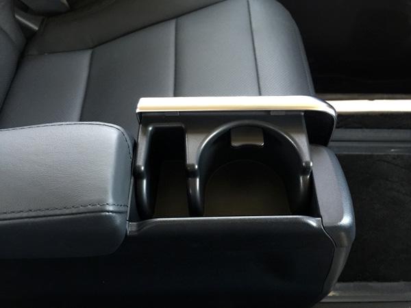 トヨタ30系新型アルファード 2列目ドリンクホルダー