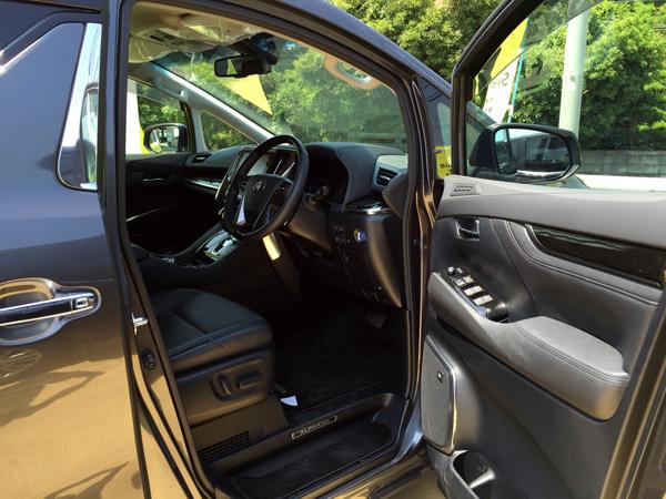 トヨタ30系新型アルファード 運転席
