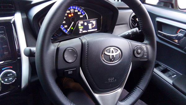 トヨタ・カローラフィールダー ハイブリッド車ハンドル