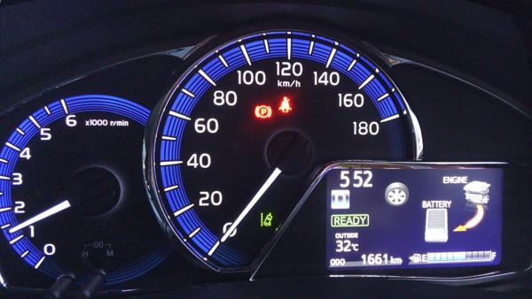 トヨタ・カローラフィールダー ハイブリッド車メーター