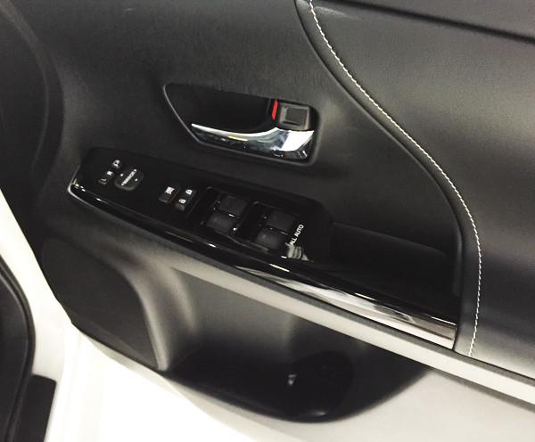 トヨタ・プリウスα S ツーリングセレクション・G's ドアパネル