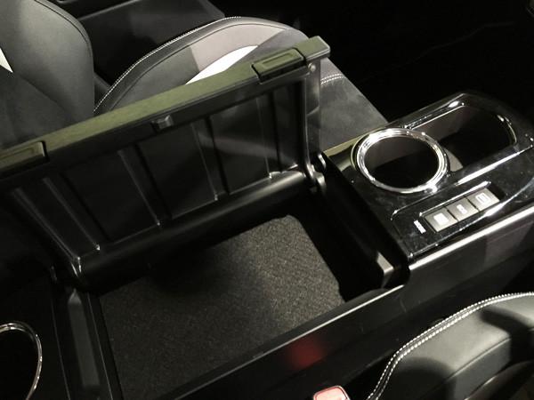 トヨタ・プリウスα S ツーリングセレクション・G's コンソールボックス