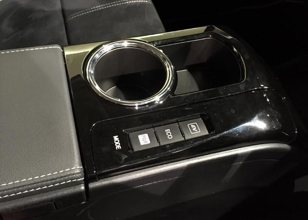トヨタ・プリウスα S ツーリングセレクション・G's カップホルダー