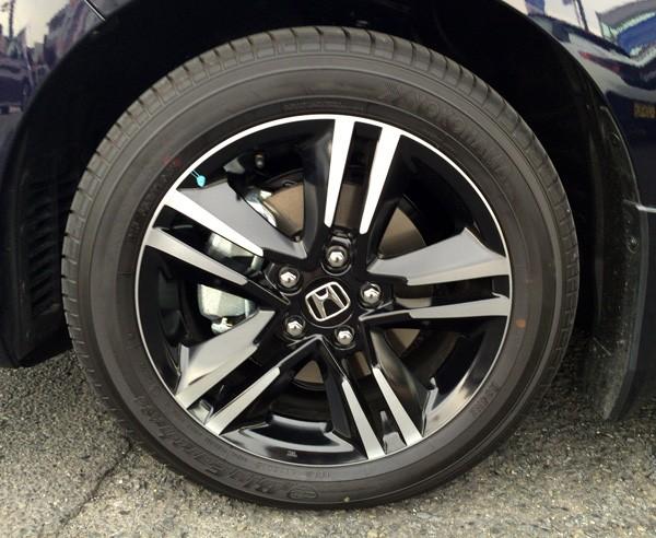 ホンダ・オデッセイ HYBRID ABSOLUTE Honda SENSING Advancedパッケージ 215/55R17インチのタイヤ&アルミホイール