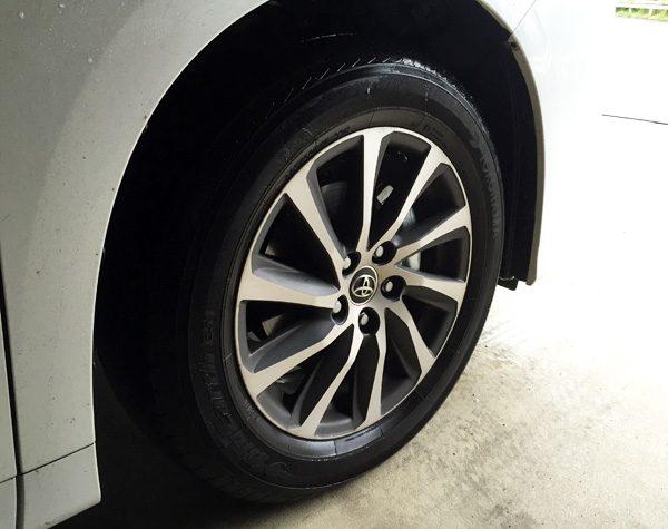 トヨタ・アルファード 2.5L S Aパッケージ  17インチにサイズダウンしたタイヤ&アルミホイール