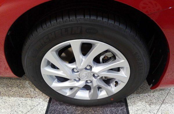 トヨタ・オーリス ハイブリッド 205/55R16タイヤ&16×6 ½Jアルミホイール