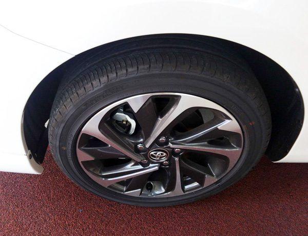 トヨタ・オーリス ハイブリッドGパッケージ 225/45R17タイヤ&17×7Jアルミホイール