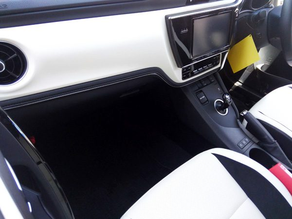 トヨタ・オーリス ハイブリッドGパッケージ 内装色ホワイト