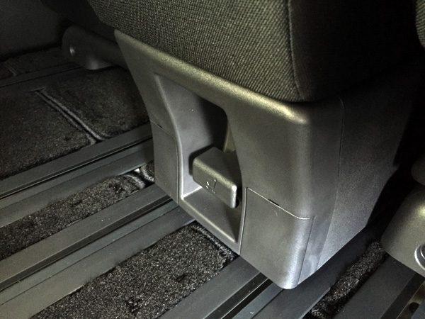 日産・セレナ マルチセンターシート(コンソールボックス) 後方スライド調整レバー