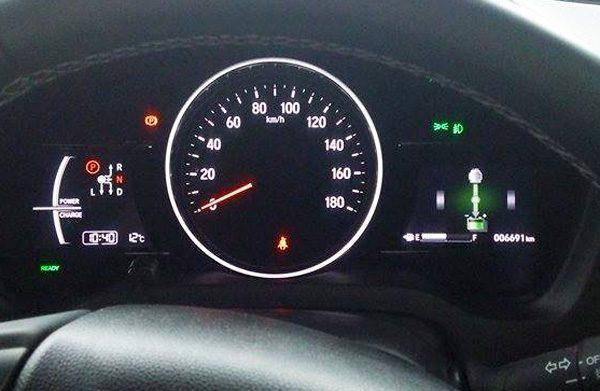 ホンダ・ヴェゼルハイブリッド RS メーター表示「充電中」