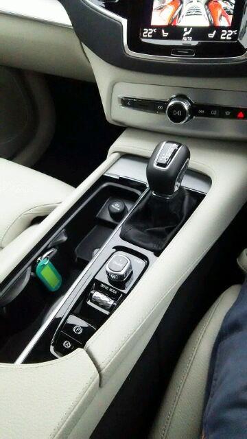 ボルボ・CX90 T5 AWD Momentum シフトノブ周り