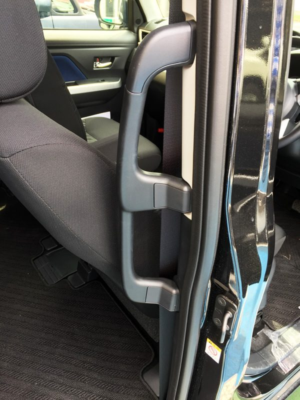 トヨタ・ルーミー 後席(右)乗降用大型アシストグリップ(大人用グリップ+子ども用グリップ)