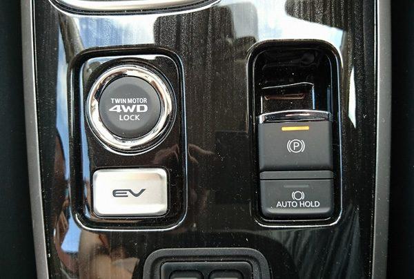 三菱・アウトランダーPHEV 4WD LOCK モードスイッチなど