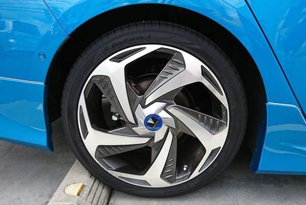 トヨタ・プリウスPHV 18インチタイヤ