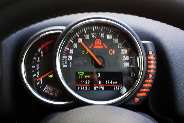 MINI Cooper D Crossover メーター(ACC使用時)