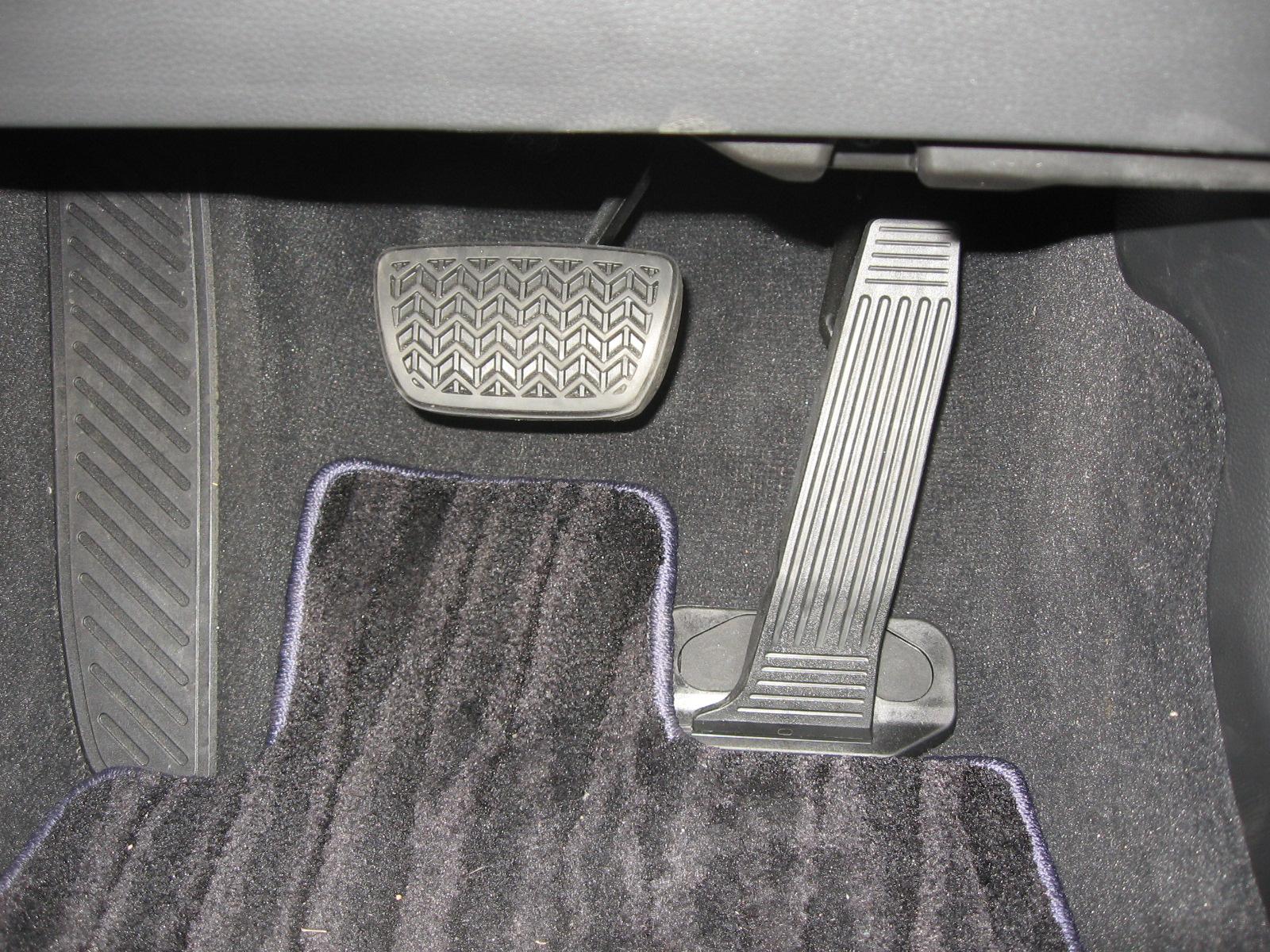 トヨタ・新型クラウンRS 内装 フットペダル